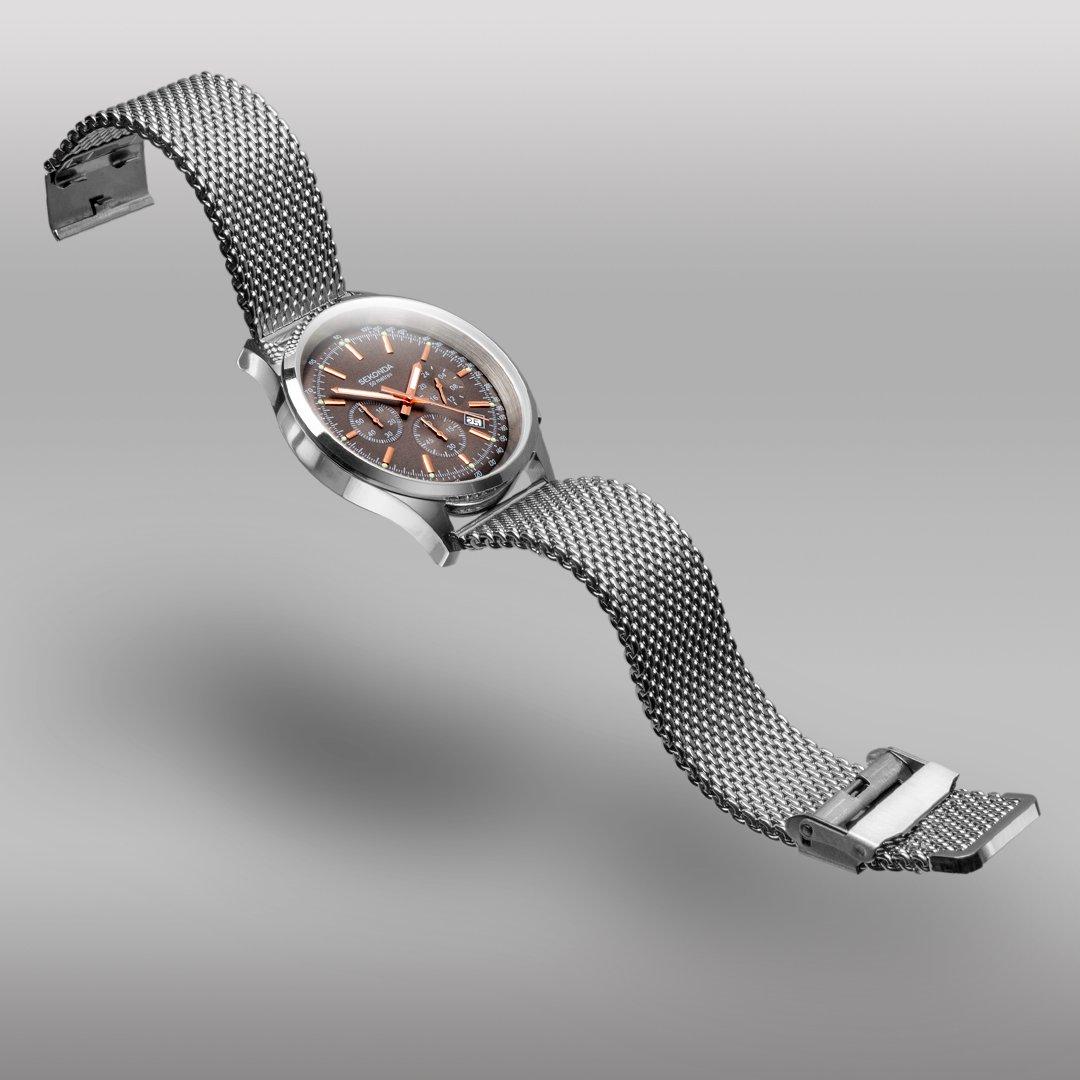Sekonda muški sat od nerđajućeg čelika u srebrnoj boji sa pancir narukvicom i hronografom na sivoj pozadini